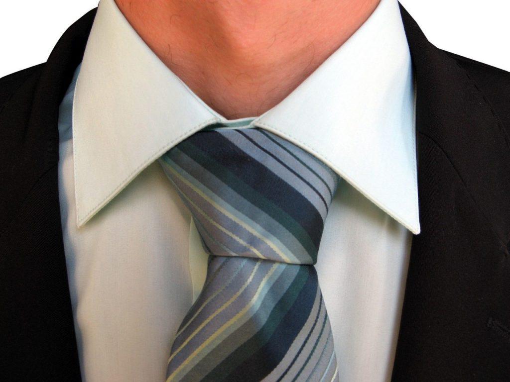 Klasyczny węzeł prosty na krawacie
